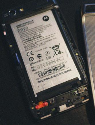 Remove the Motorola RAZR & RAZR MAXX Battery